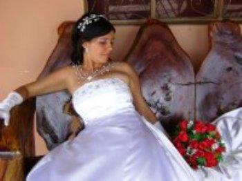 Há alguns anos estive à procura de alguém especial que me completasse, amasse e me aceitasse tal como sou. E nessa busca constante, encontrei o site AmoremCristo.com - através dele, minha vida foi abençoada e conheci o meu marido.